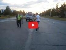 Video: Pijani nabildani Rus karate potezima obračunao se s saobraćajnom policijom!