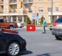 Video: Majstorski odradio posao! Pokvarili se semafori, pješak uzeo stvar u svoje ruke!