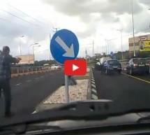 Video: Ljutiti Rus s metalnom šipkom u ruci htio tući vozača no nije znao da ovaj ima pištolj!