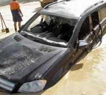 SKUPA AVANTURA: Mercedes GL završio u okeanu! (FOTO)