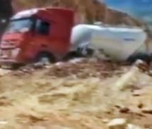 SAD GA VIDIŠ… : Zemlja 'progutala' kamion u trenutku! (VIDEO)