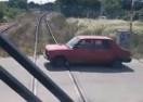 SAMO U SRBIJI: Voz 'trubi' automobilima da se sklone sa pruge! (VIDEO)