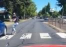 Spasio joj život trubeći joj na pješačkom (VIDEO)