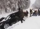 SNAGA KLADE VALJA: Sletio je automobilom u zavejani jarak, a onda su uletjeli 'ludi' Rusi…! (VIDEO)