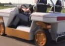 Ovakav automobil bi svako poželio: Ide na baterije i vozi se BOČNO! (VIDEO)