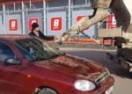 (O)sveti se ime moje – Samo u Rusiji: Suprug ženi do vrha ispunio automobil betonom! (VIDEO)
