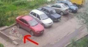 Biciklista se BAHATIO: Kad vidite šta se desilo kad je naišao auto – plakaćete od SMIJEHA! (FOTO)
