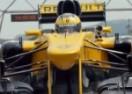 Pogledajte kako je 79-godišnja baka provozala Renaultov F1 bolid (VIDEO)