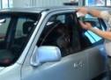 Trik kako otključati automobil kada vam ključ ostane unutra (VIDEO)