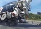 Kamion miješalica umalo samljeo kolonu automobila (VIDEO)