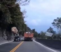 Izbjegnuta nesreća: Stijena pala na cestu s visine od 30 metara (VIDEO)