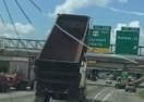 Kamion podignutim utovarnim sandukom pokupio prometnu signalizaciju na autocesti (VIDEO)