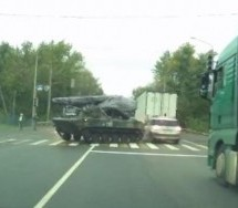 TENKISTA ISTRIPOVAO DA VOZI RELI TRKU! Drifting oklopnim vozilom se završio baš loše! (VIDEO)