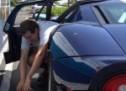 A mislili ste da je vama teško da se provučete kroz vrata na parkingu (VIDEO)