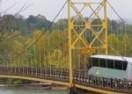 Autobus od 35 tona zanemario upozorenja o nosivosti, iskrivio most (VIDEO)