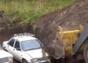 Zakopali tri automobila na godinu dana pa ih pokušali upaliti (VIDEO)