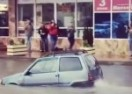 Malena Lada Oka koja se odvažno probija ulicama potopljenog ruskog Adlera izazvala buru oduševljenja (VIDEO)