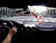 Plavuši od straha ispao mobitel na pod nakon što se isprepadala glasnim turiranjem Ferrarija! (VIDEO)