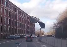 Krov sa zgrade sletio na automobil (VIDEO)